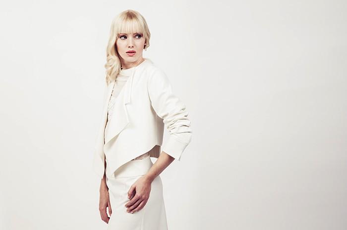 anett-franke-taf-woman-leipzig-kostüm-leger-creme-gabardine-puristisch-minimal-hochzeit-bridal-9561(2)