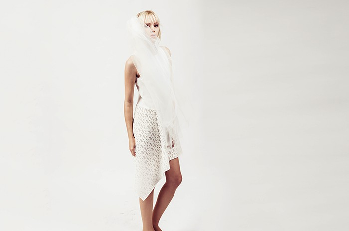 anett-franke-taf-woman-leipzig-lasercut-kurz-asymmetrisch-creme-hochzeit-bridal-9511
